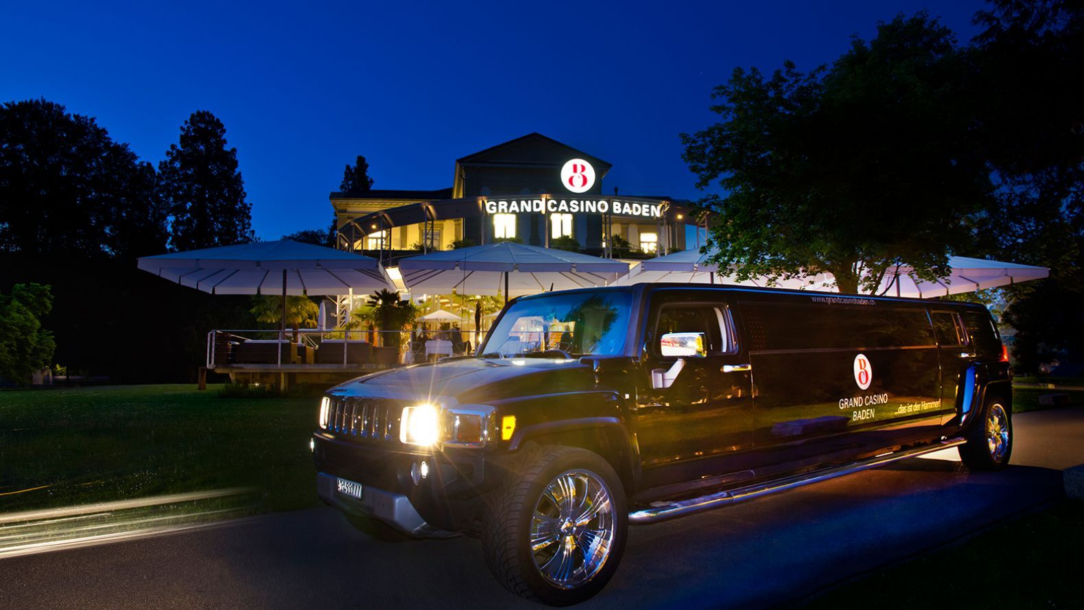 Stretch-Limousine vor Grand Casino Baden